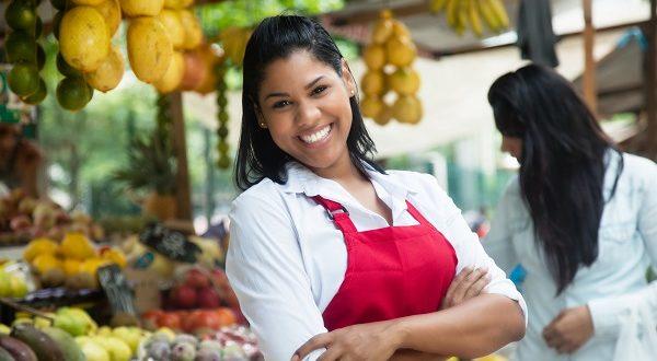 Costaricanerin auf Wochenmarkt mit Früchten